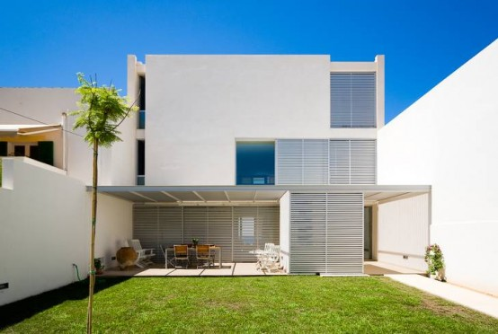 ligth-white-house-design-in-the-first-line-of-coastline-3-554x372